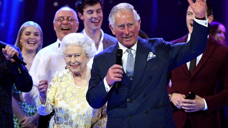 Жизнената Елизабет II (92) отбеляза рождения си ден на сцената