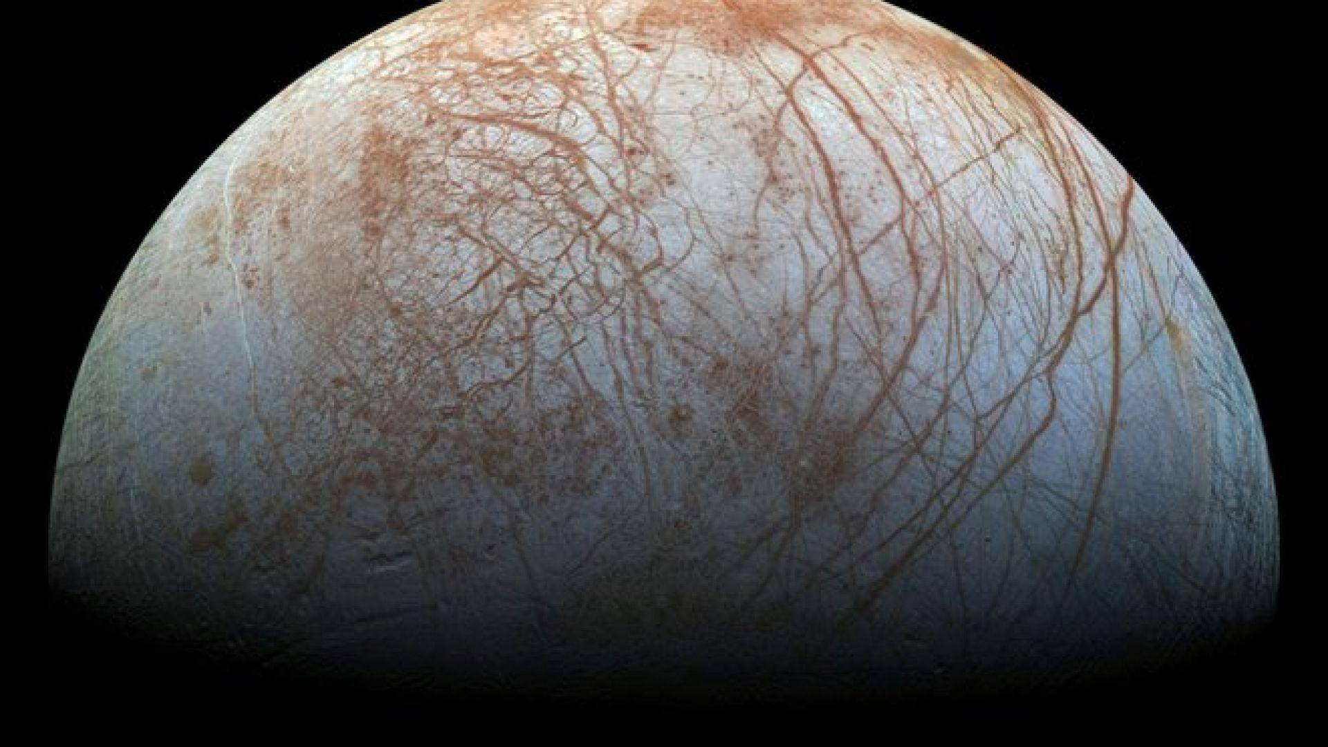 Луната Европа на Юпитер изглежда изпуска водни струи