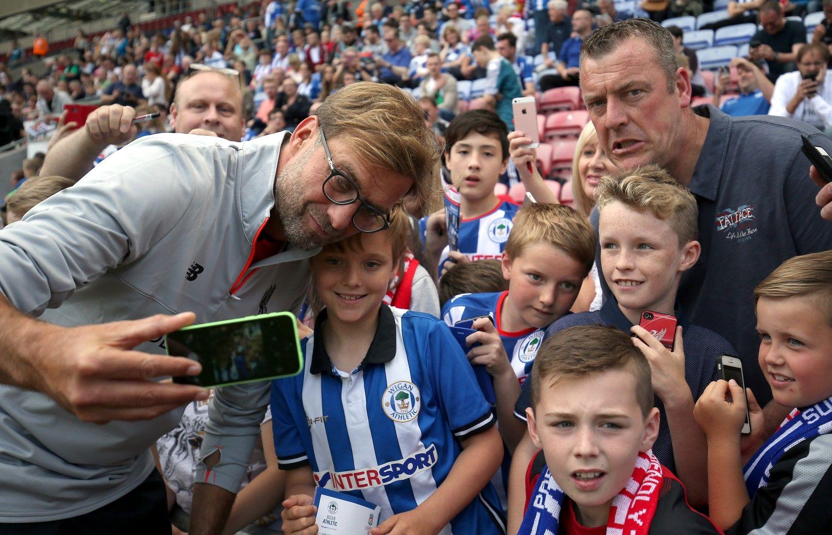"""Клоп се снима с фенове на """"Уигън"""" преди мач срещу неговия """"Ливърпул"""".  Снимка: Getty Images"""