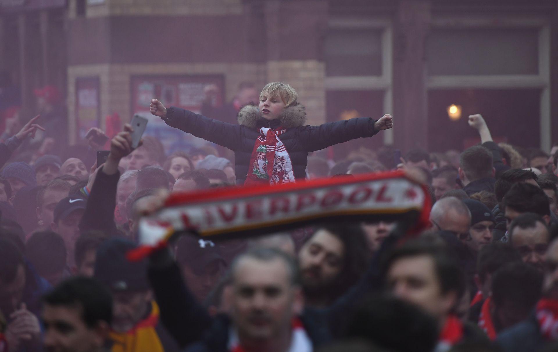 """Срещу """"Манчестър Сити"""" миналия кръг феновете чакаха двата автобуса още по улиците край стадиона. Снимка: Getty Images"""
