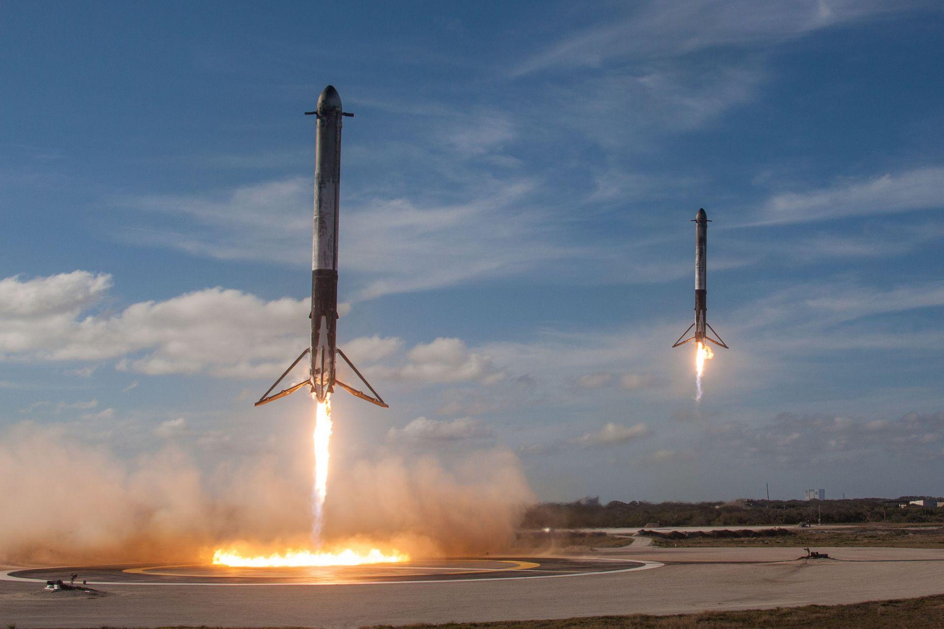 Кацане на спомагателните ракети на Falcon Heavy