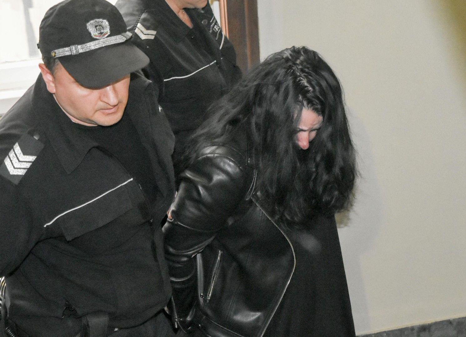 Цвета Таскова криеше лицето си в съда
