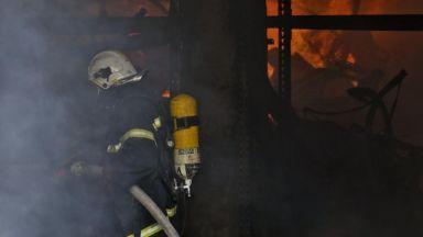 Евакуация в горящ блок в Бургас, мъж скочи от тераса, за да се спаси (обновена)