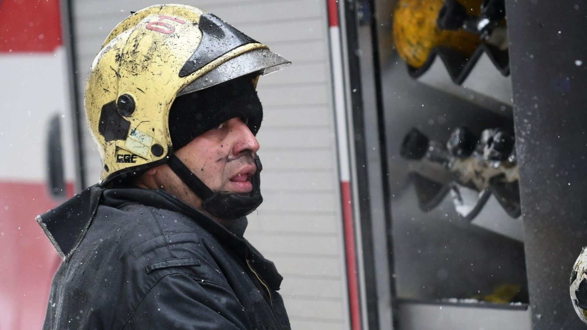 Откриха труп на жена след пожар в блок, не знаят коя е