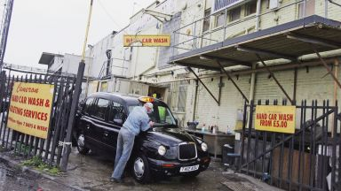 Робски труд при миенето на коли на Острова