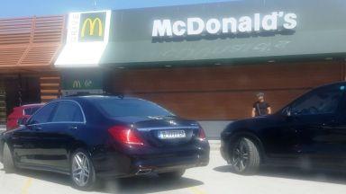 Блогър срещу мутрите - как лимузини с еднакви номера окупираха паркинг