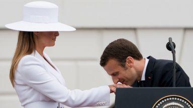 Макрон флиртува с облечената в бяло Мелания