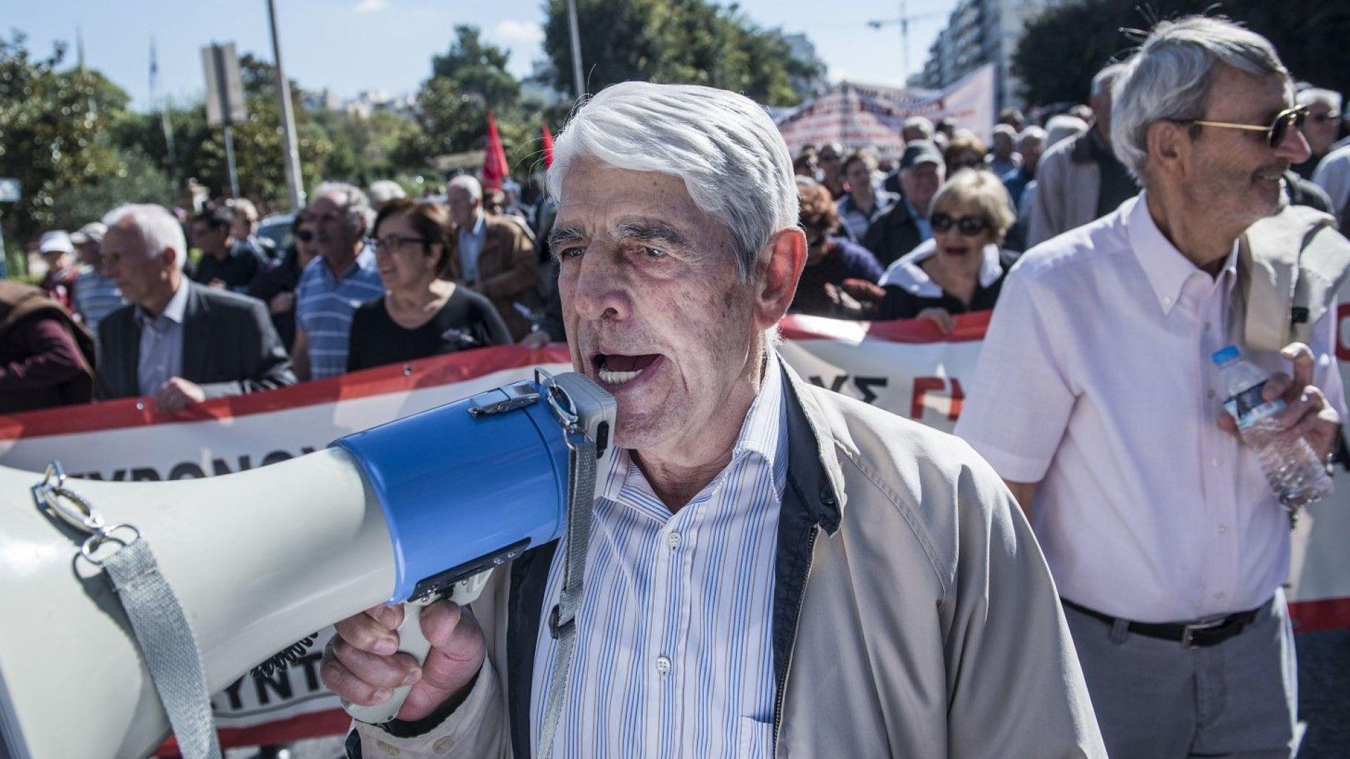 Гърците ни настигат по бедност