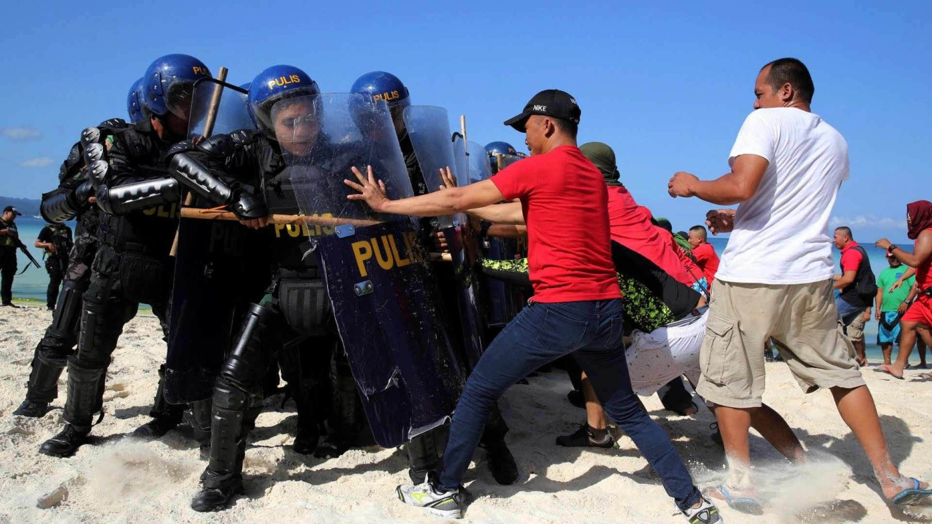 Полицаи пазят остров от туристически посещения
