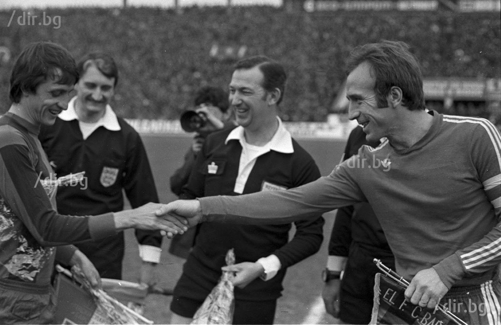 """""""Левски"""" - """"Барселона"""", 1976 г. Кройф и Кирил Ивков. Снимка ИВАН ГРИГОРОВ"""