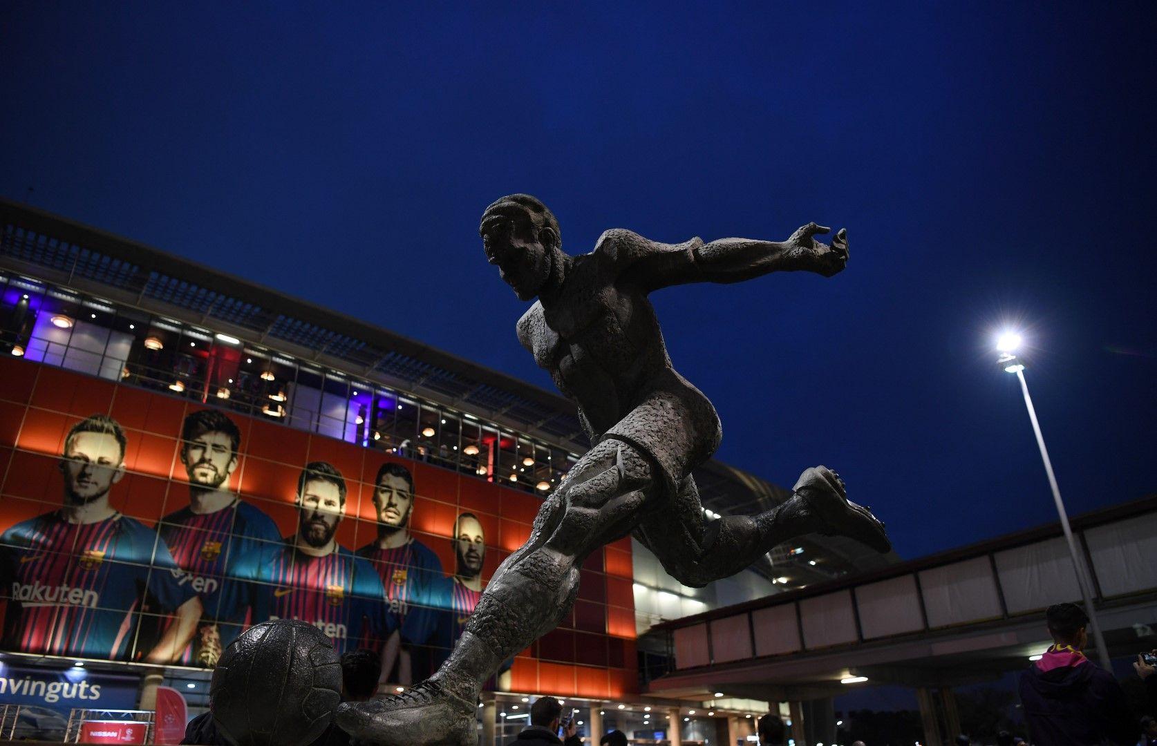 """Статуята на Йохан гордо посреща феновете на метри пред стадион """"Камп ноу"""" в Барселона. Снимка Getty Images"""