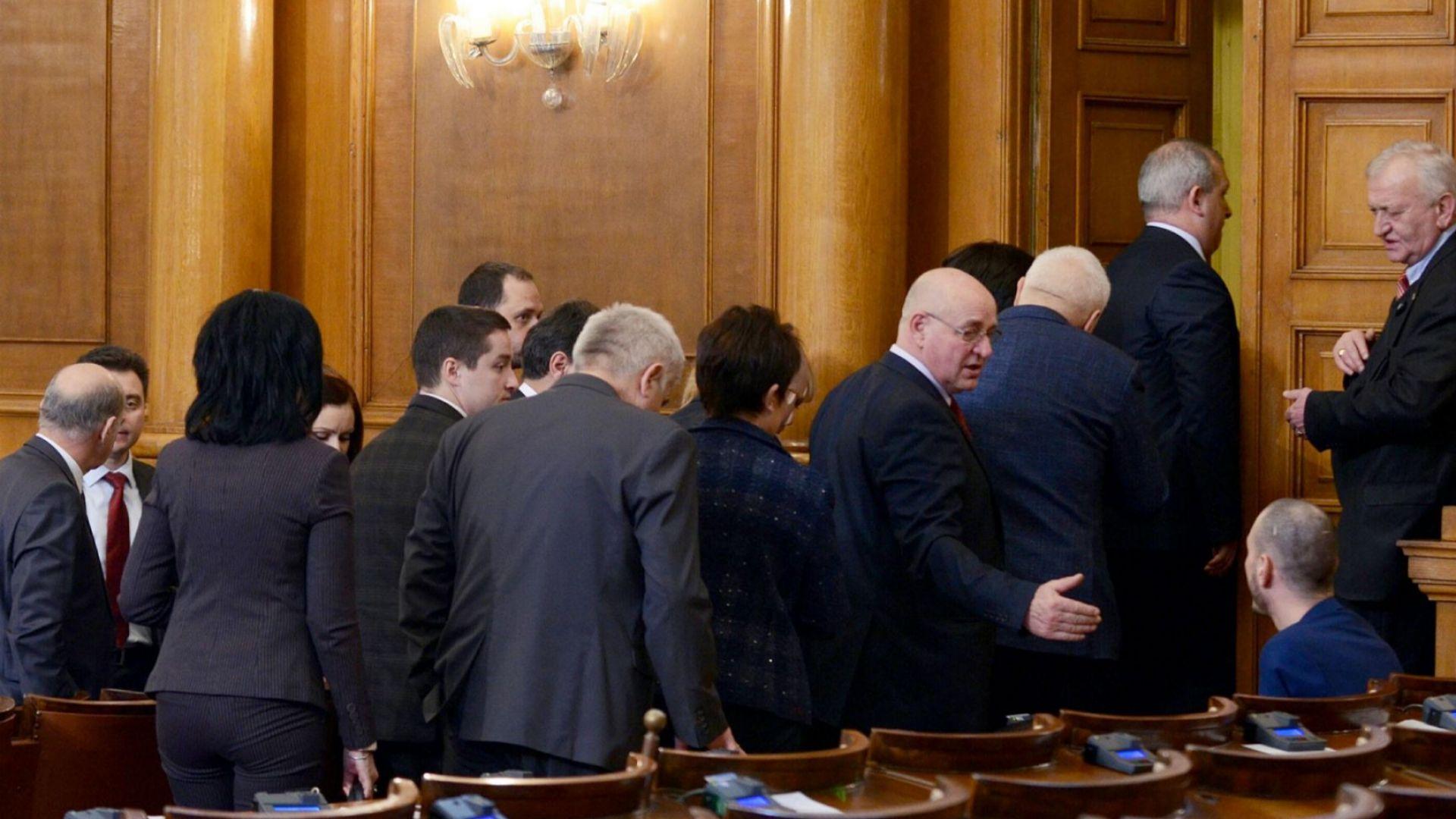 Депутатите се скараха за правомощия на КЕВР, отложиха решението