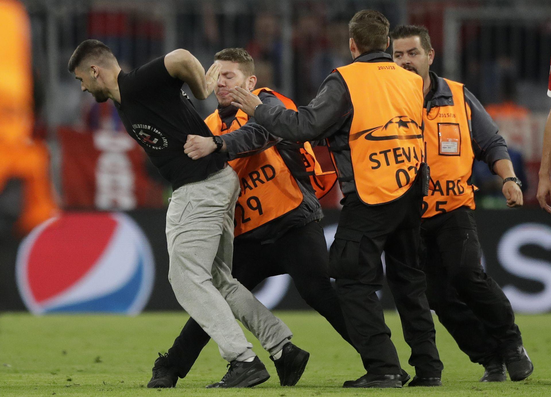 Фенове нахлуха след края на мача в Мюнхен, един опита да свали фланелката на Рибери. Снимка БТА