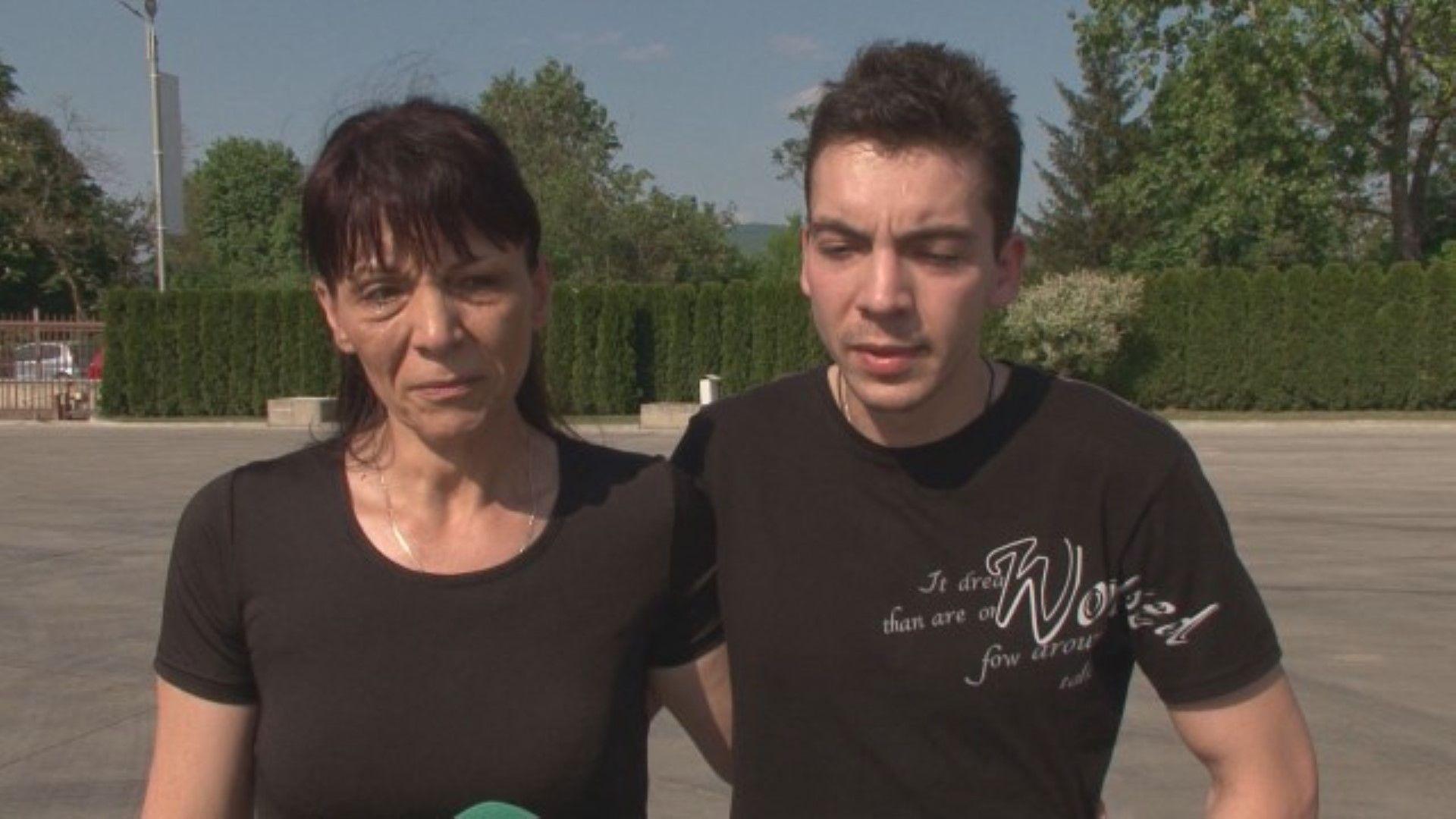 Съпругата и синът на шофьора