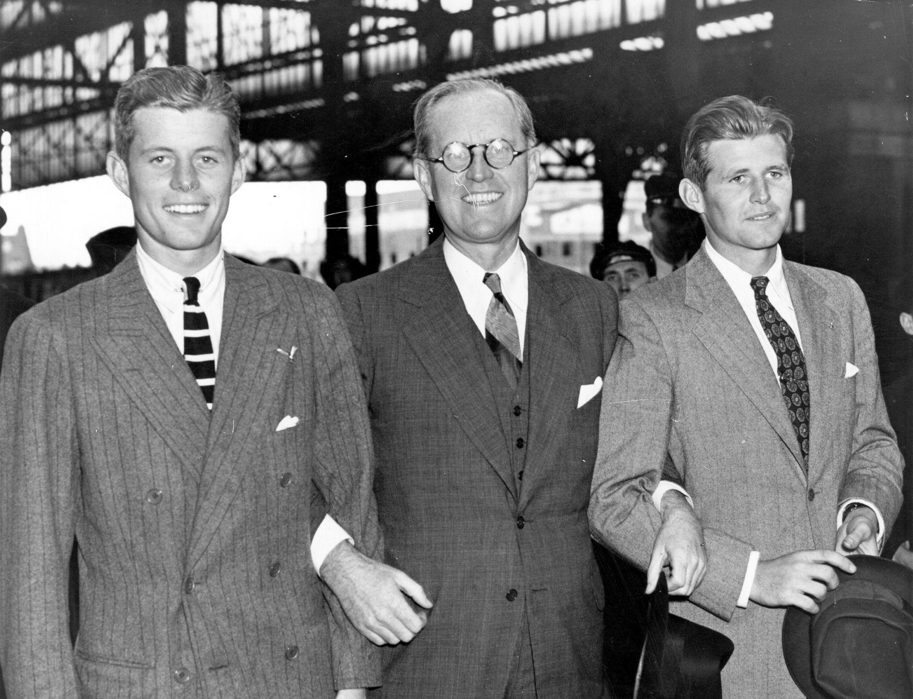 Мултимилионерът Джоузеф Патрик Кенеди със синовете си Джон Кенеди и Джоузеф Кенеди-младши Семейство Кенеди в Лондон (1937)