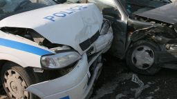 Жена потроши две патрулки, двама полицаи пострадаха
