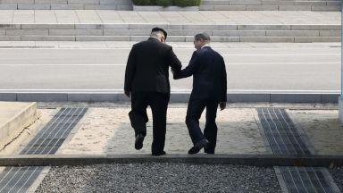 """Ким """"дръпна"""" Мун на севернокорейска земя"""