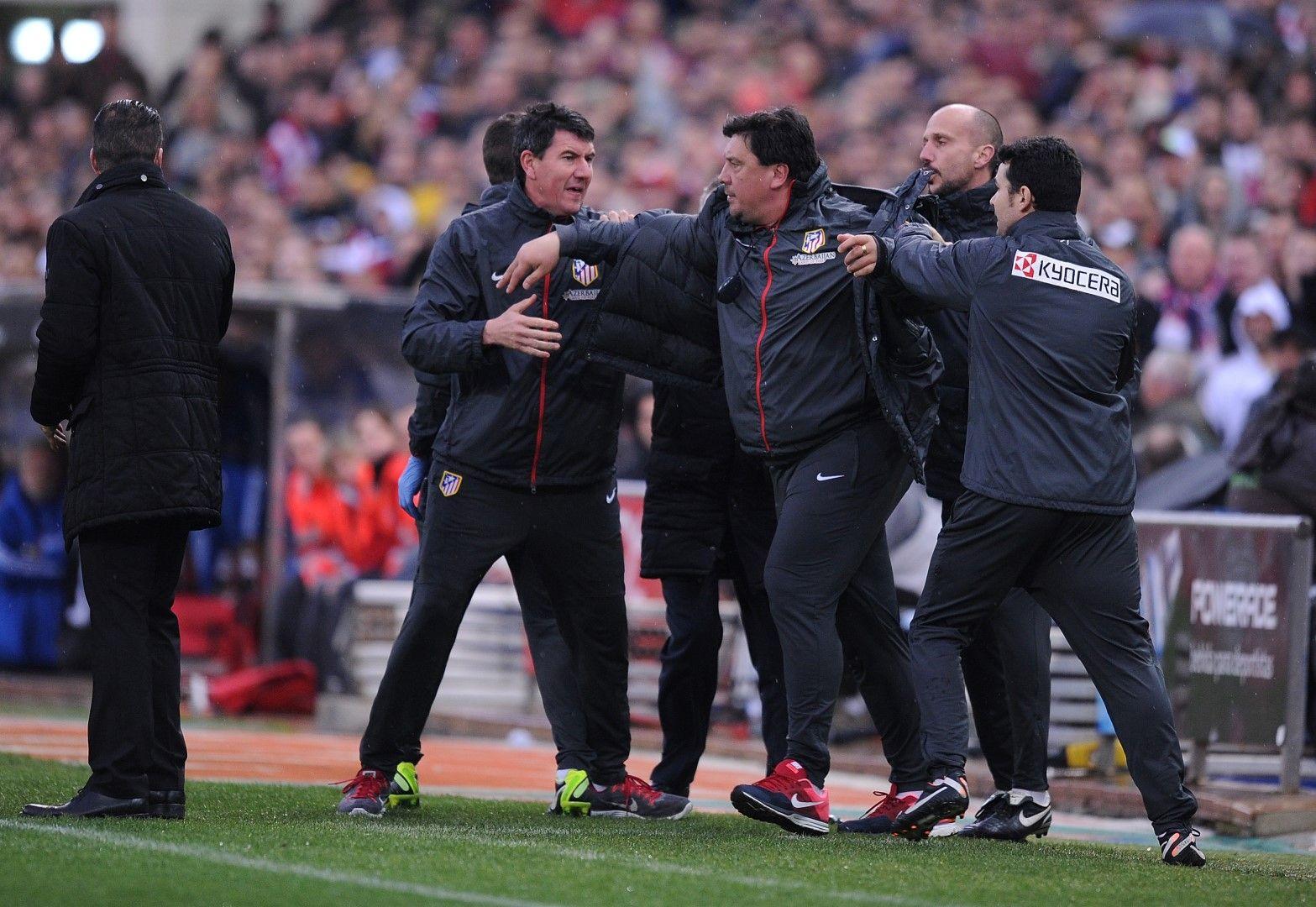 Понякога целият треньорски щаб трудно удържа Моно. Снимка: Getty Images