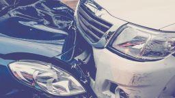 Кола се заби в караулка на КАТ, четирима ранени