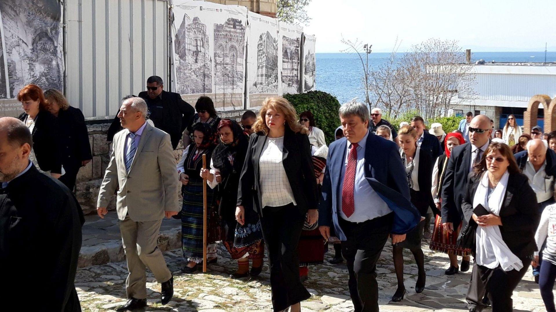 Йотова: България да продължи диалога с Турция за тракийските бежанци