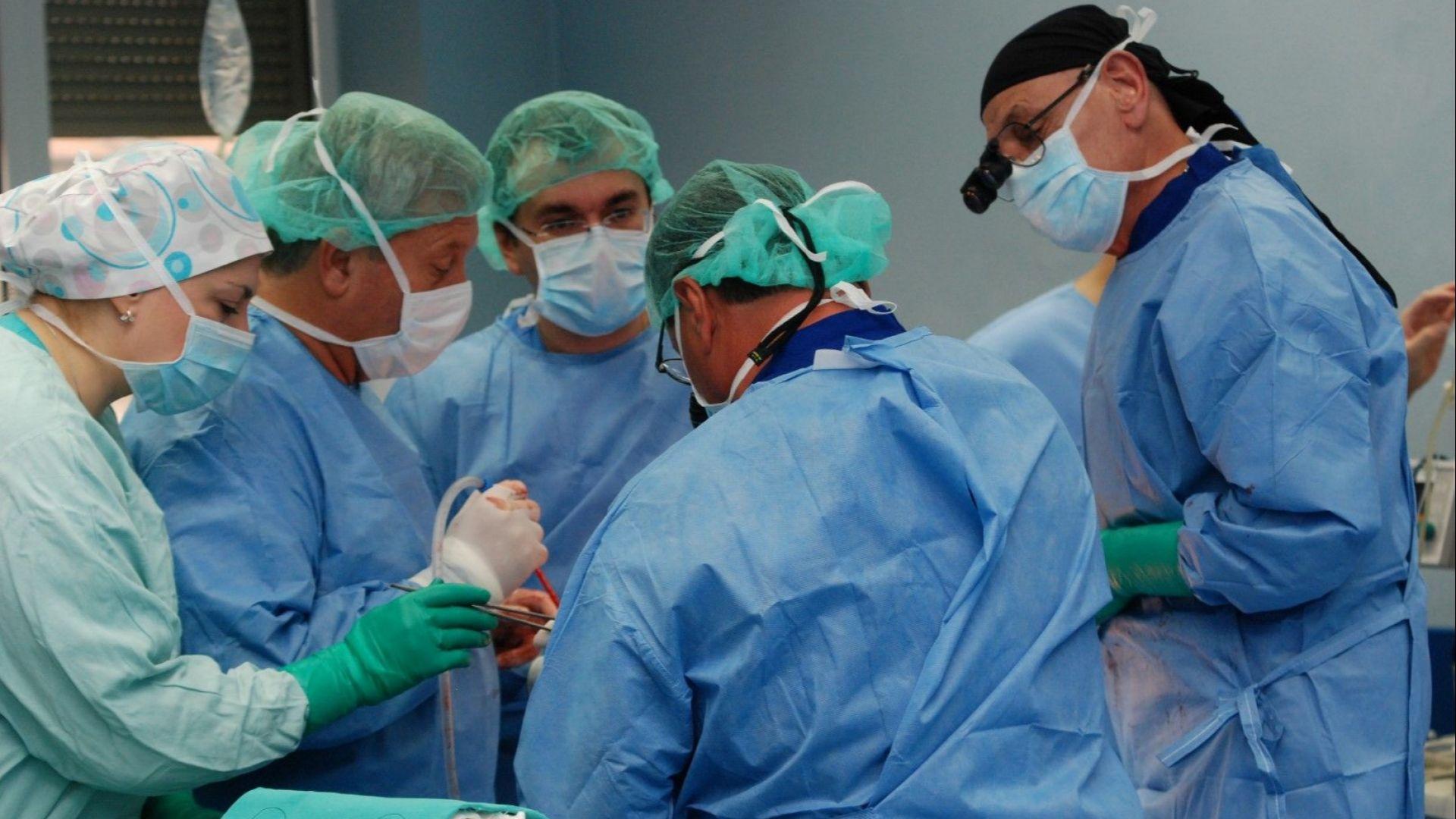 Плевенски травматолози изправиха на крака възрастна жена с дефектирала протеза
