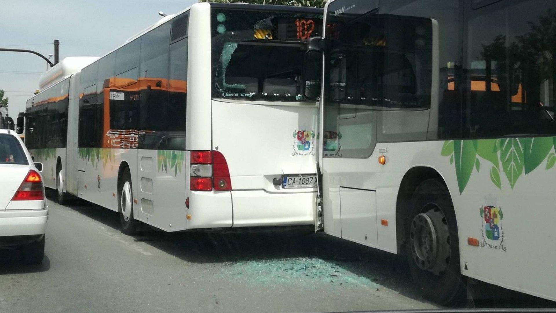 Две жени са в болница след сблъсък на 2 автобуса в София