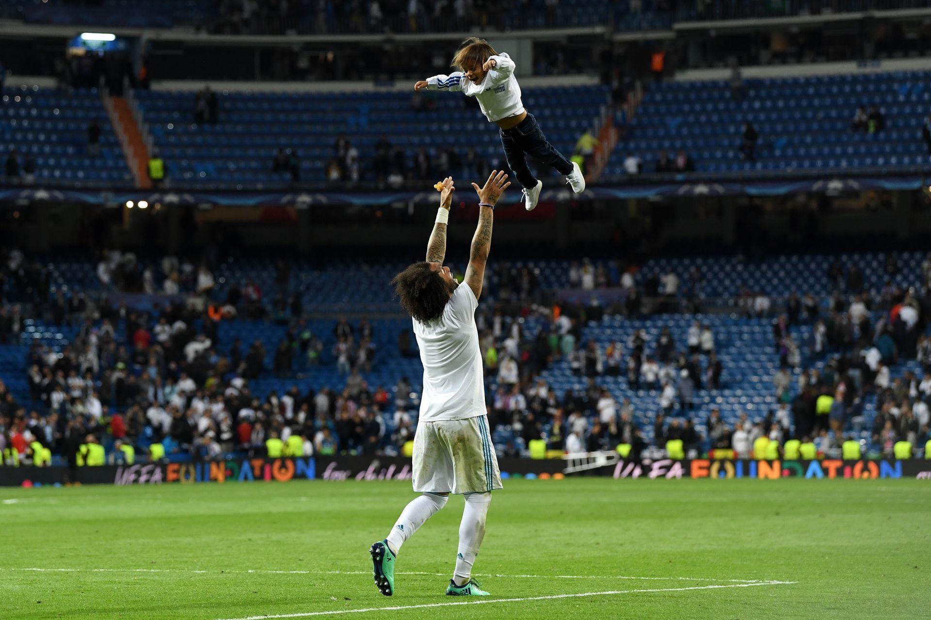 Марсело подхвърля малкия си син във въздуха. Снимка: Getty Images