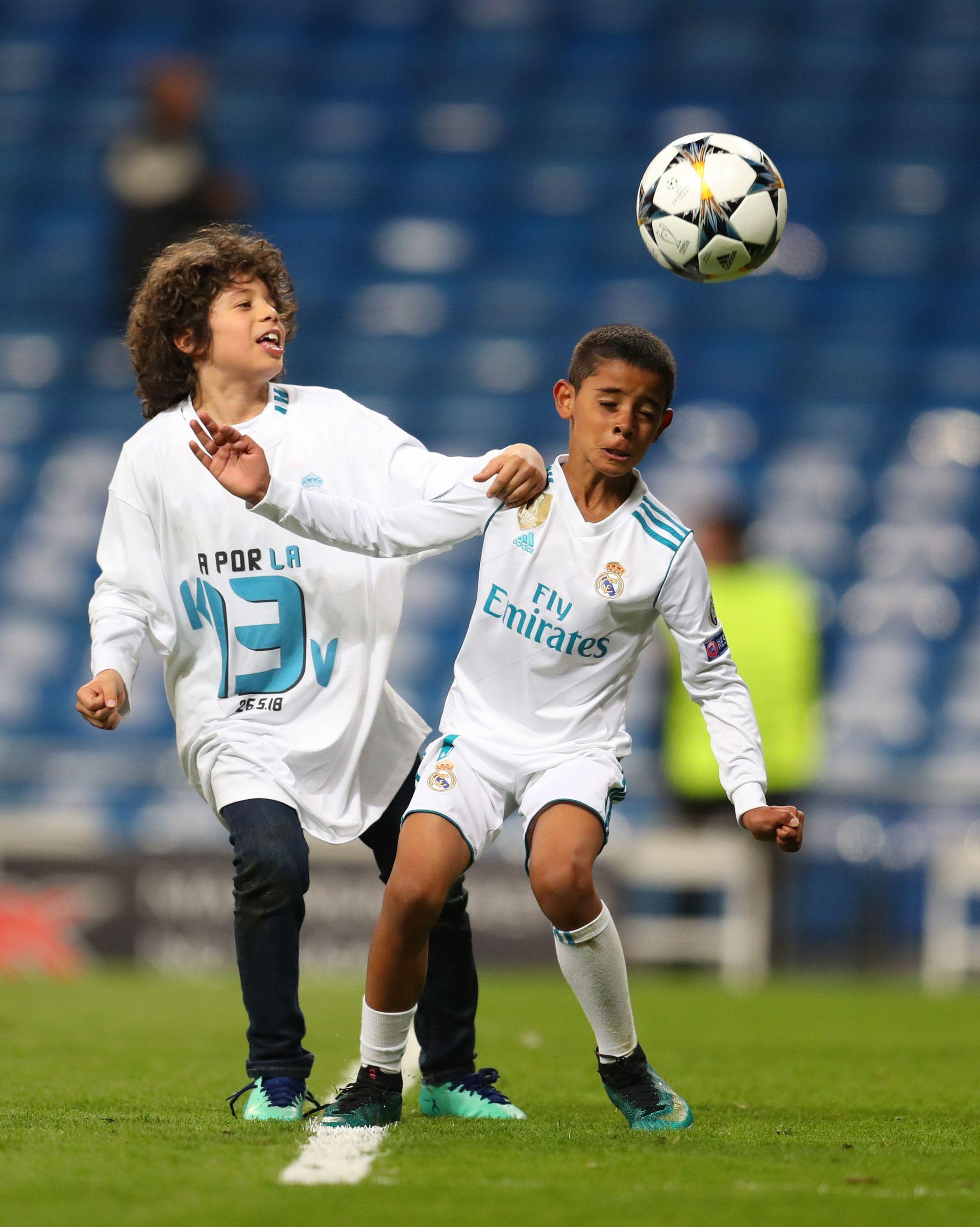 """Синовете на Марсело - Енцо Гатузо Алвеш (вляво) и Кристиано Роналдо - Кристиано-младши, играят на терена на """"Сантяго Бернабеу"""" след големия мач. Снимка: Getty Images"""