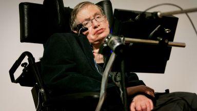 Продават на търг инвалидната количка на Стивън Хокинг