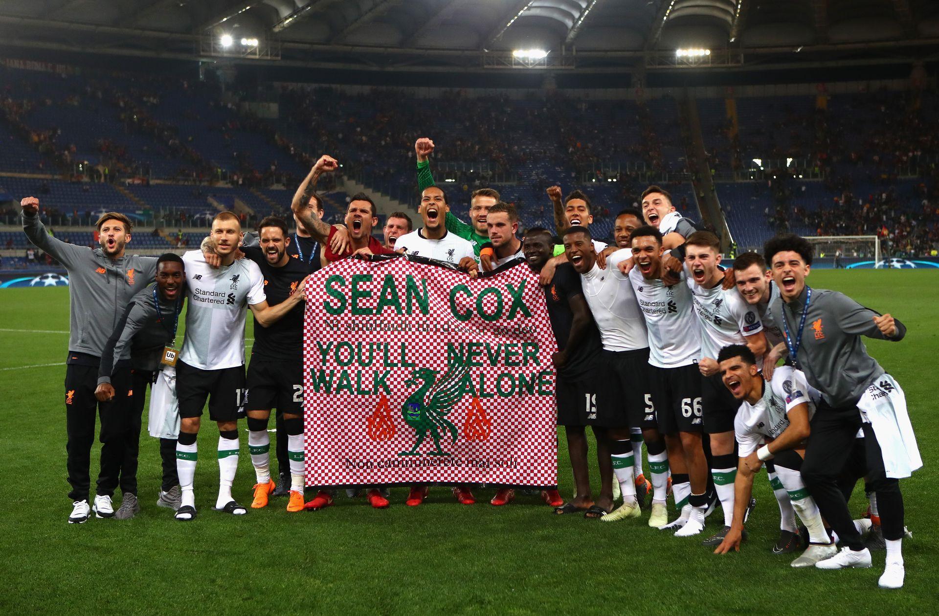 """Играчите показаха плакат в подкрепа на фена Шон Кокс, който е в кома след атака на ултраси на """"Рома"""" преди първия полуфинал. Снимка: Getty Images"""
