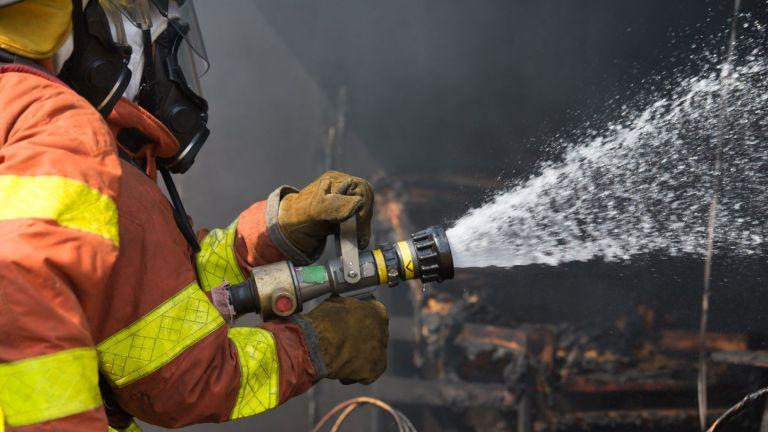 Голям пожар избухна над Карлово, викат военните на помощ