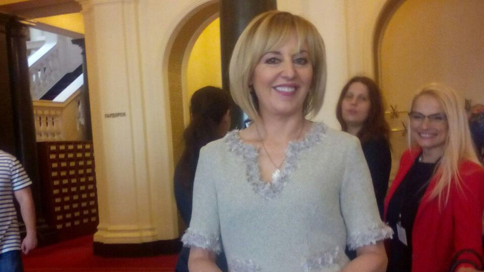 Мая Манолова празнува рожден ден с нова рокля от Ангел Найденов