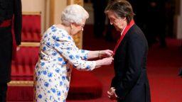 Кралица Елизабет връчи Орден на кавалерите на честта на Пол Макартни