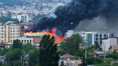 Потушиха пожара в складове за храни и алкохол в София