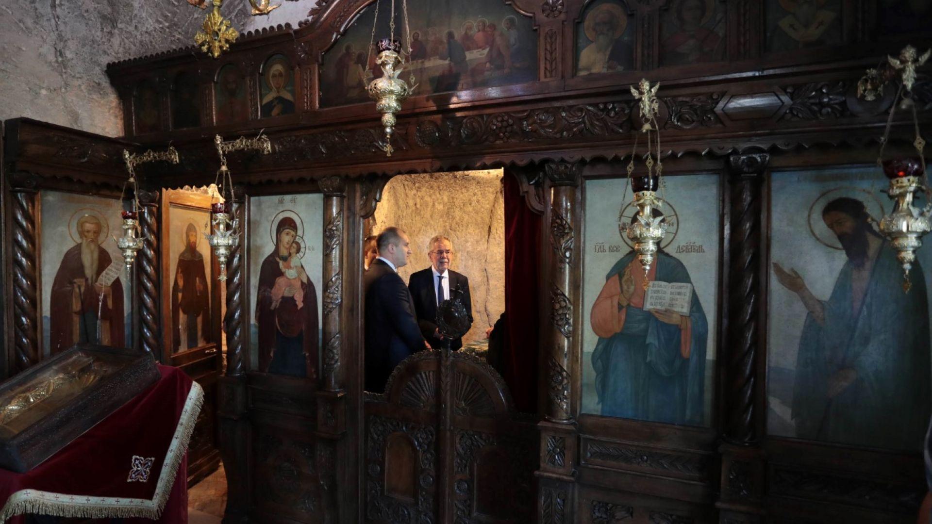 """Румен Радев и Александър Ван дер Белен посетиха скалния манастир """"Св. Димитър Басарбовски"""""""