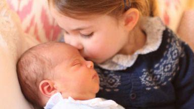 Принц Луи в прегръдките на сестра си, снимани от Кейт