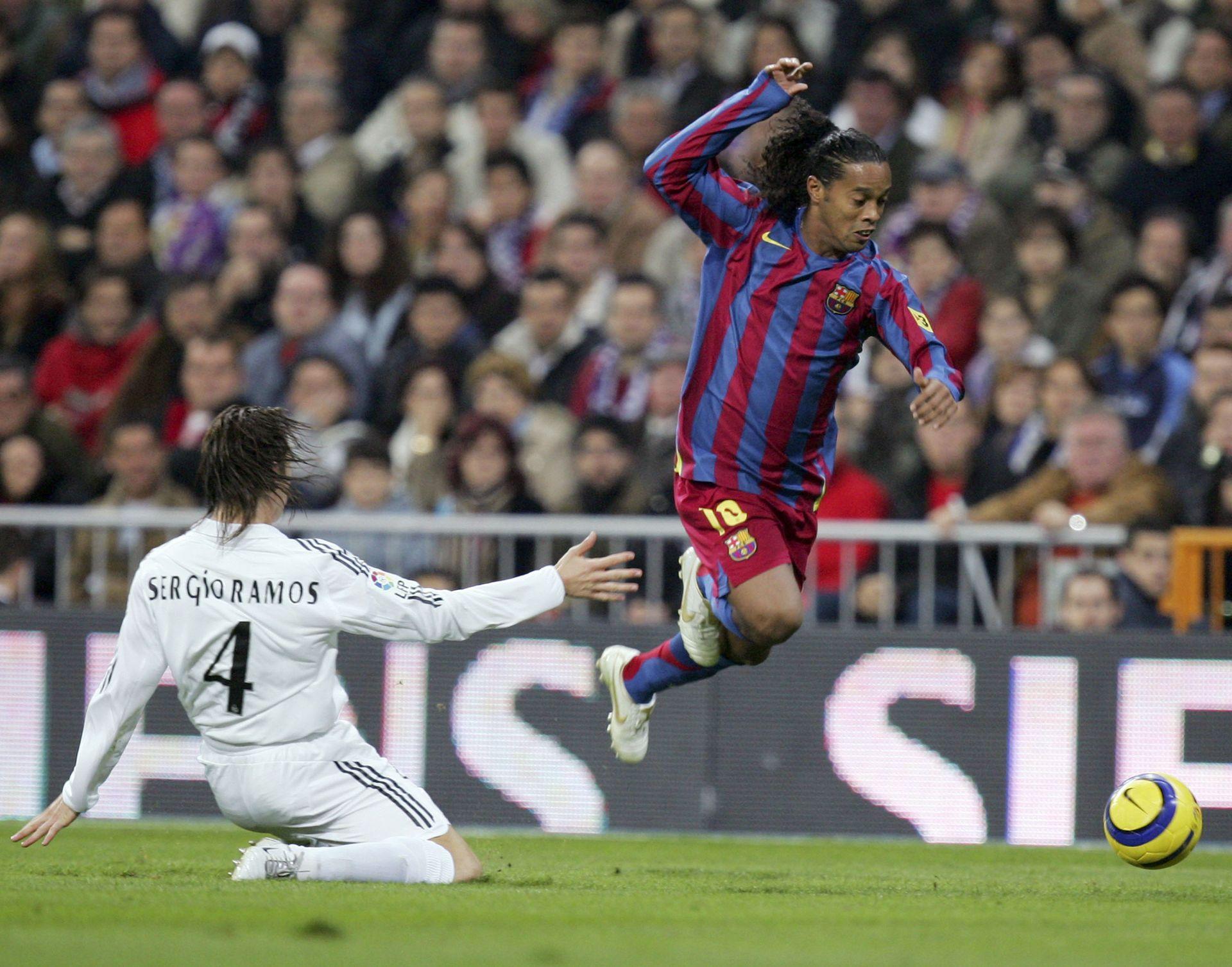 """Роналдиньо стана един от малкото играчи, аплодиран от публиката на съперника в дербито. Бразилецът се подигра с """"Реал"""" за 3:0 насред Мадрид преди 12 години и бе изпратен с ръкопляскания от феновете на """"Реал"""". Снимка: Getty Images"""