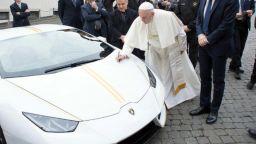 """Папата продава на търг чисто новото си """"Ламборджини"""""""
