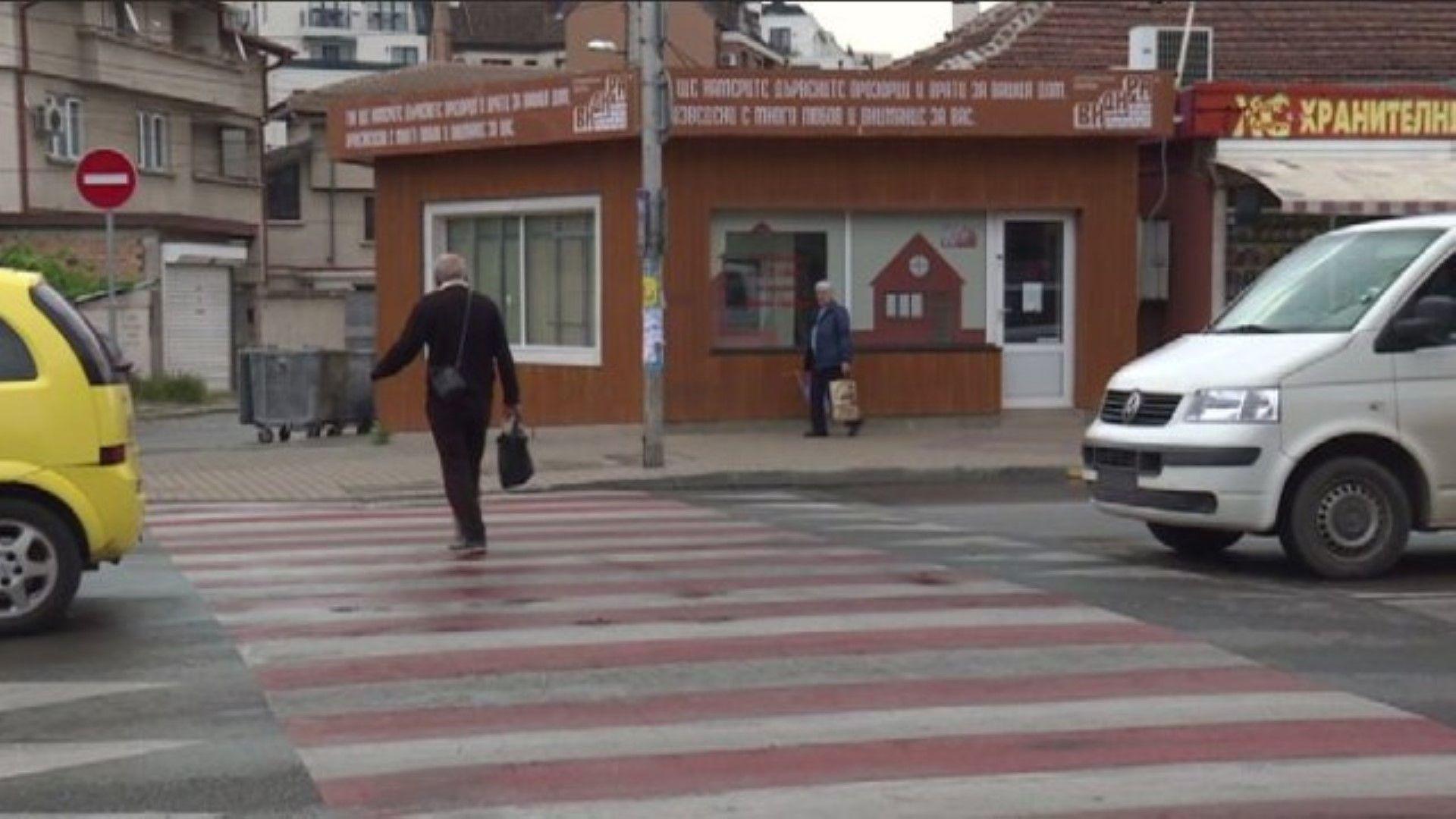 Такси, ударено от бус, блъсна жена на пешеходна пътека