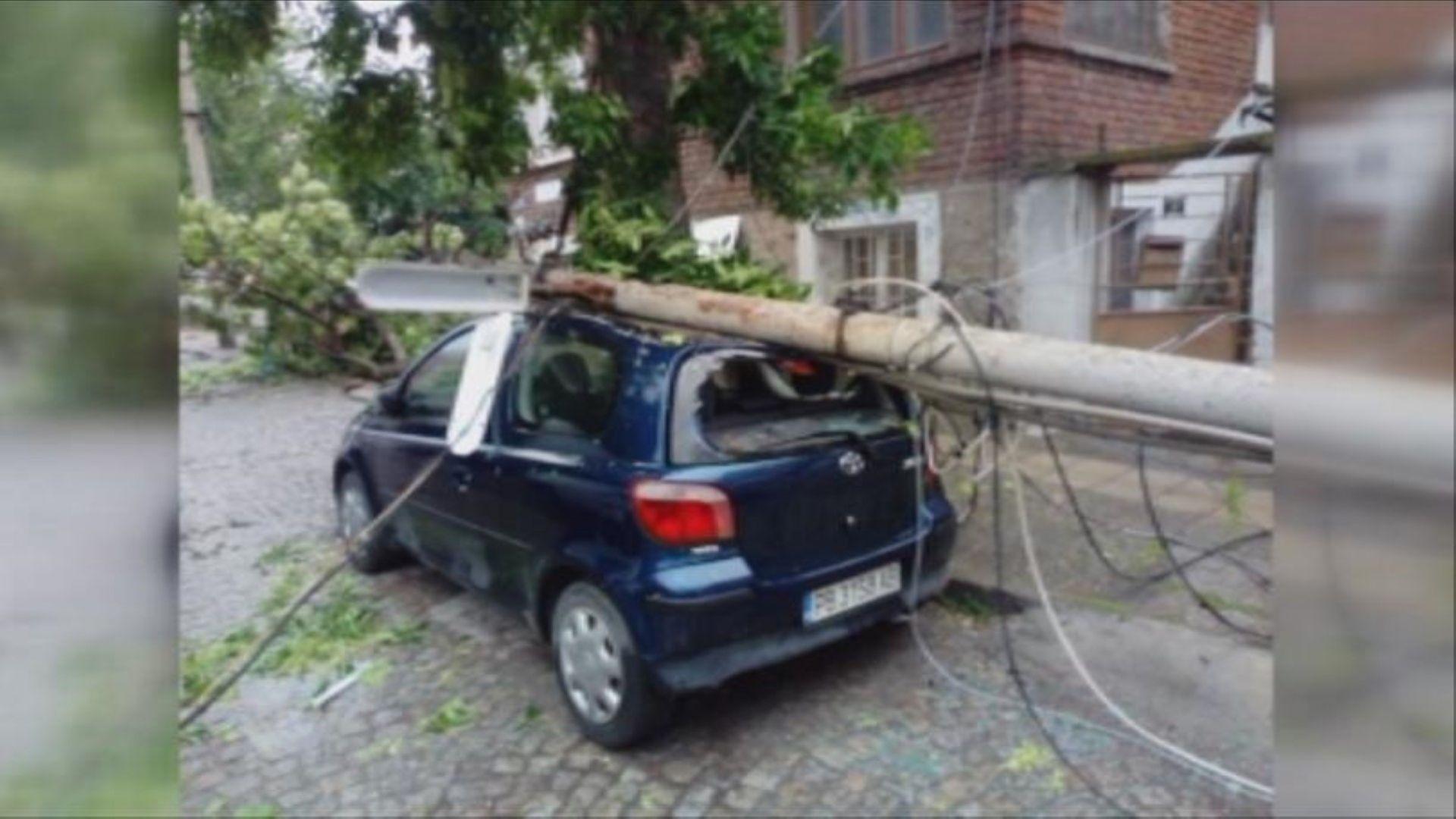 Електрически стълб падна върху автомобили в Пловдив