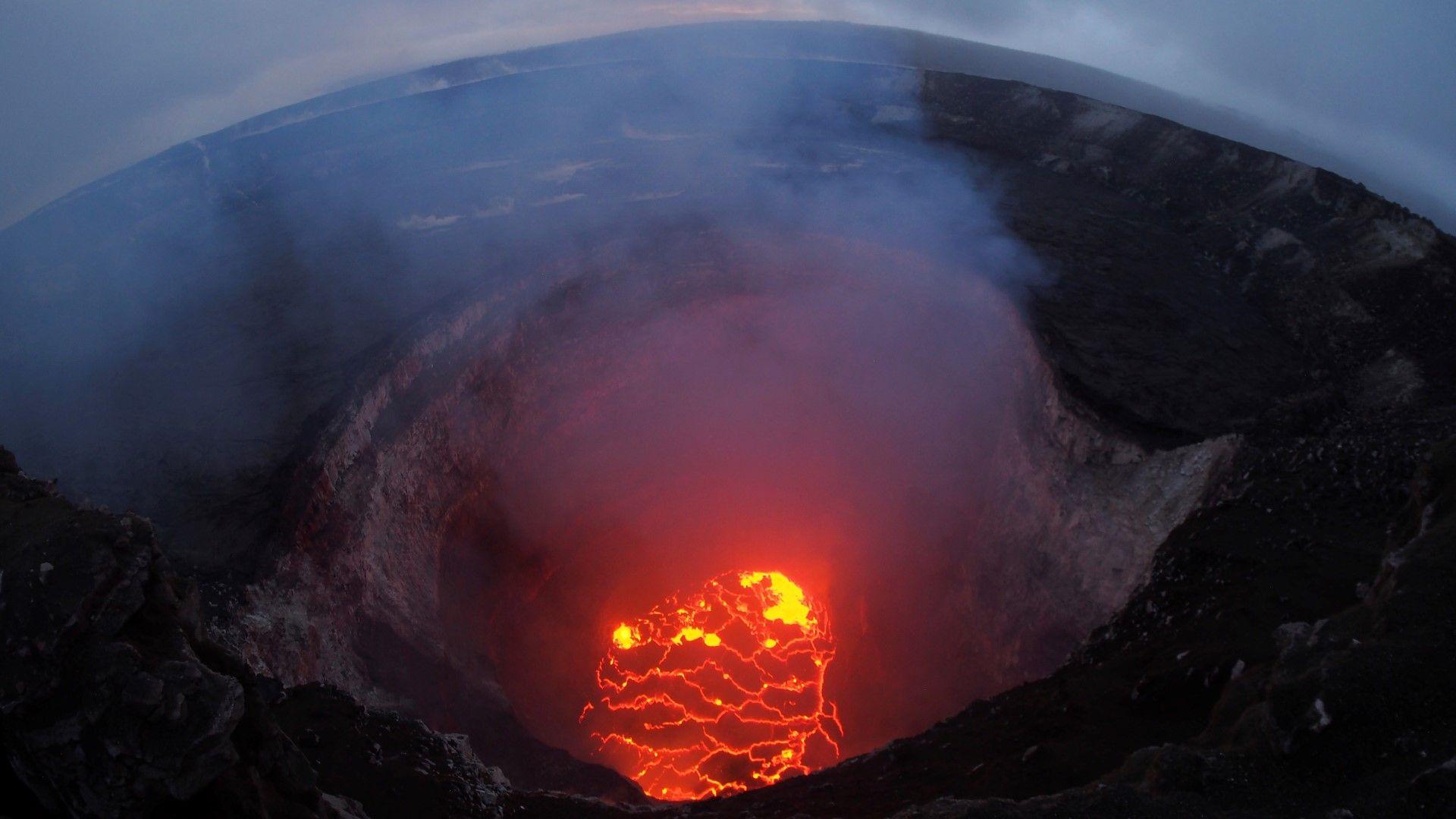 Облакът от вулкана Килауеа вече е 4 км, червен код за самолетите