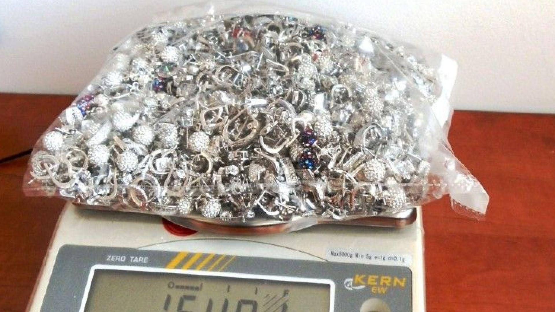Пипнаха близо 2 килограма сребро в гащите и сутиена на румънка