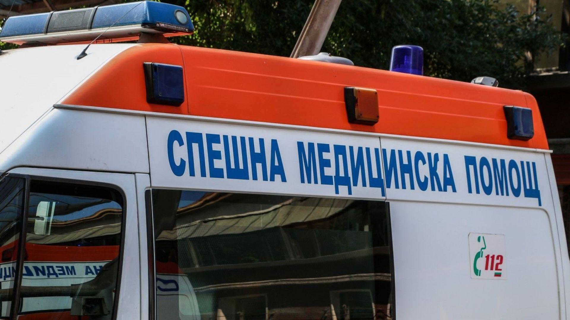 Две деца са в болница, след като парапет на жп надлез се откърти