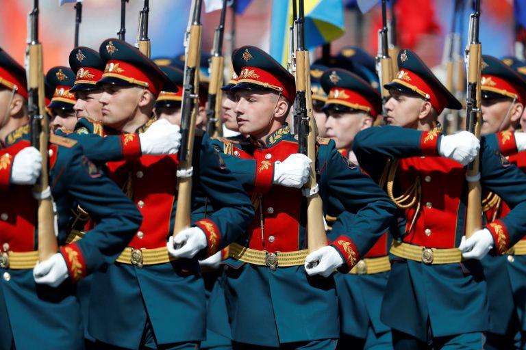 Руски войници маршируват
