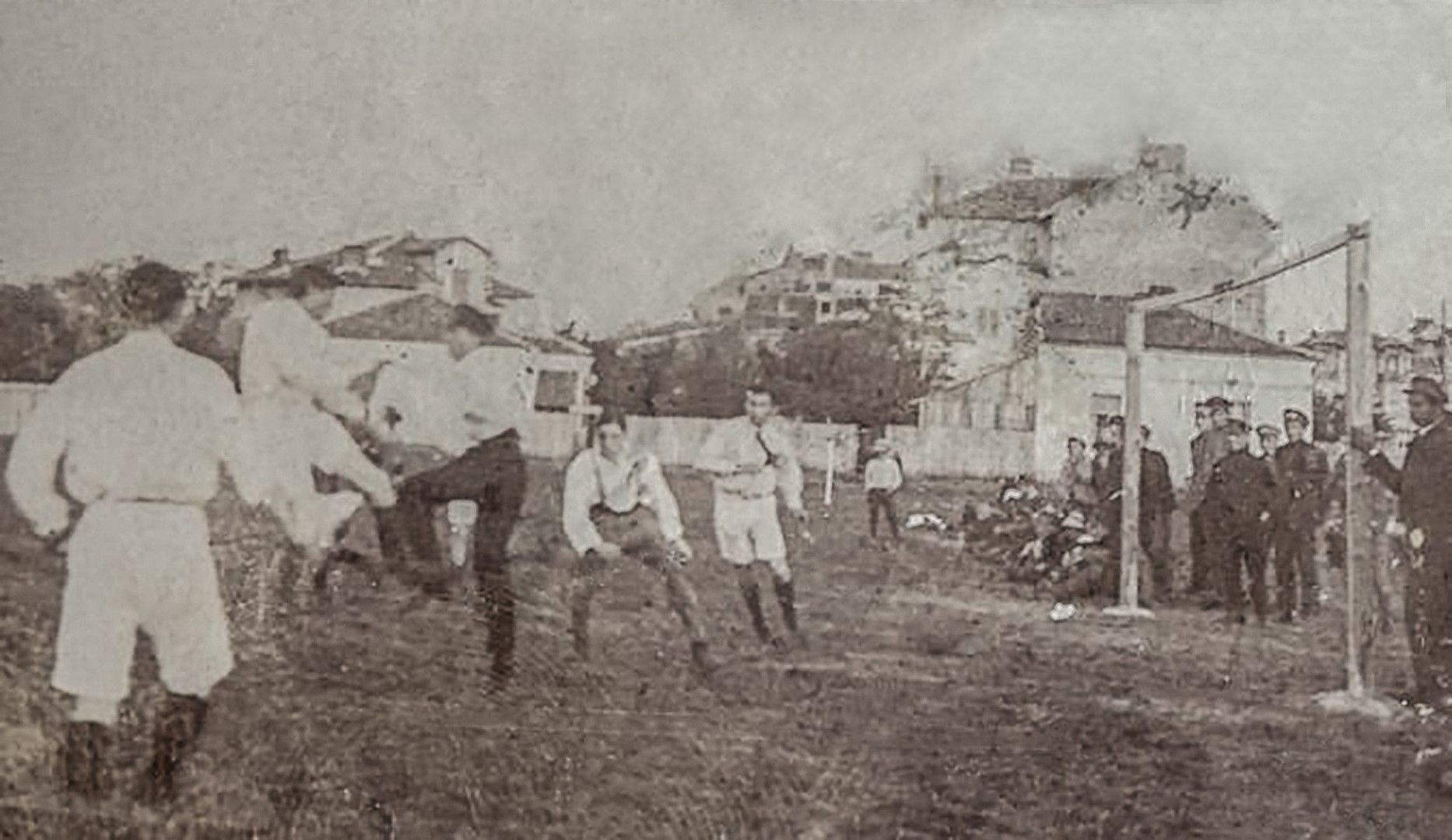 """Мач """"Левски"""" - """"Славия"""" от 1919 г. Снимка: """"Хрониките на Славия (1910-1944)"""""""