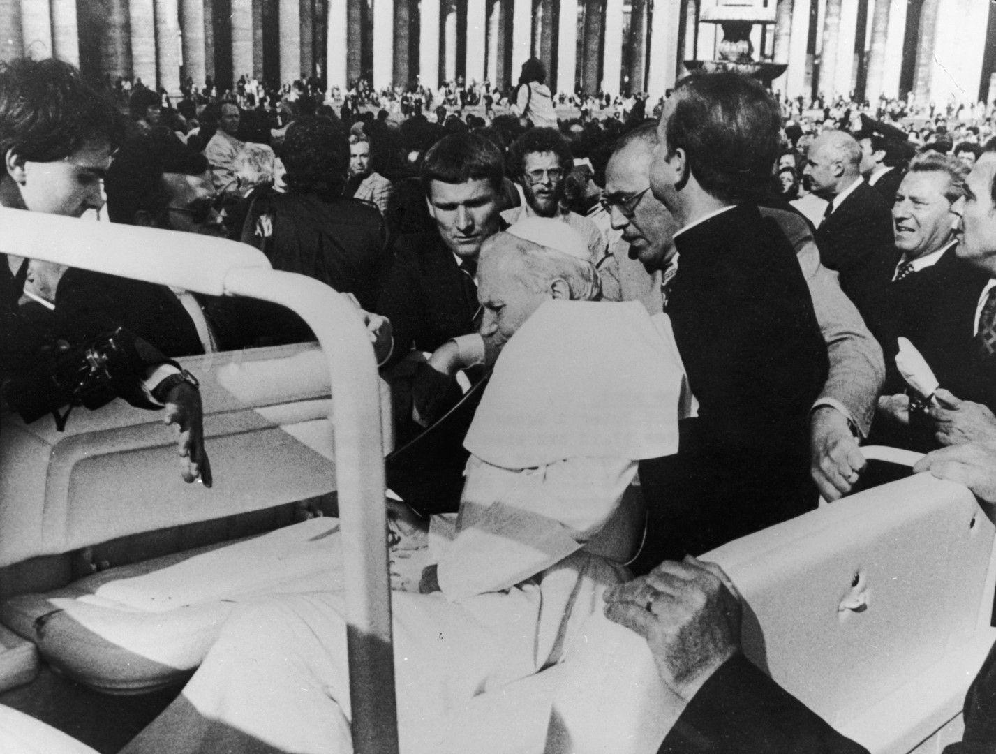 Охраната придържа простреляния Йоан Павел II