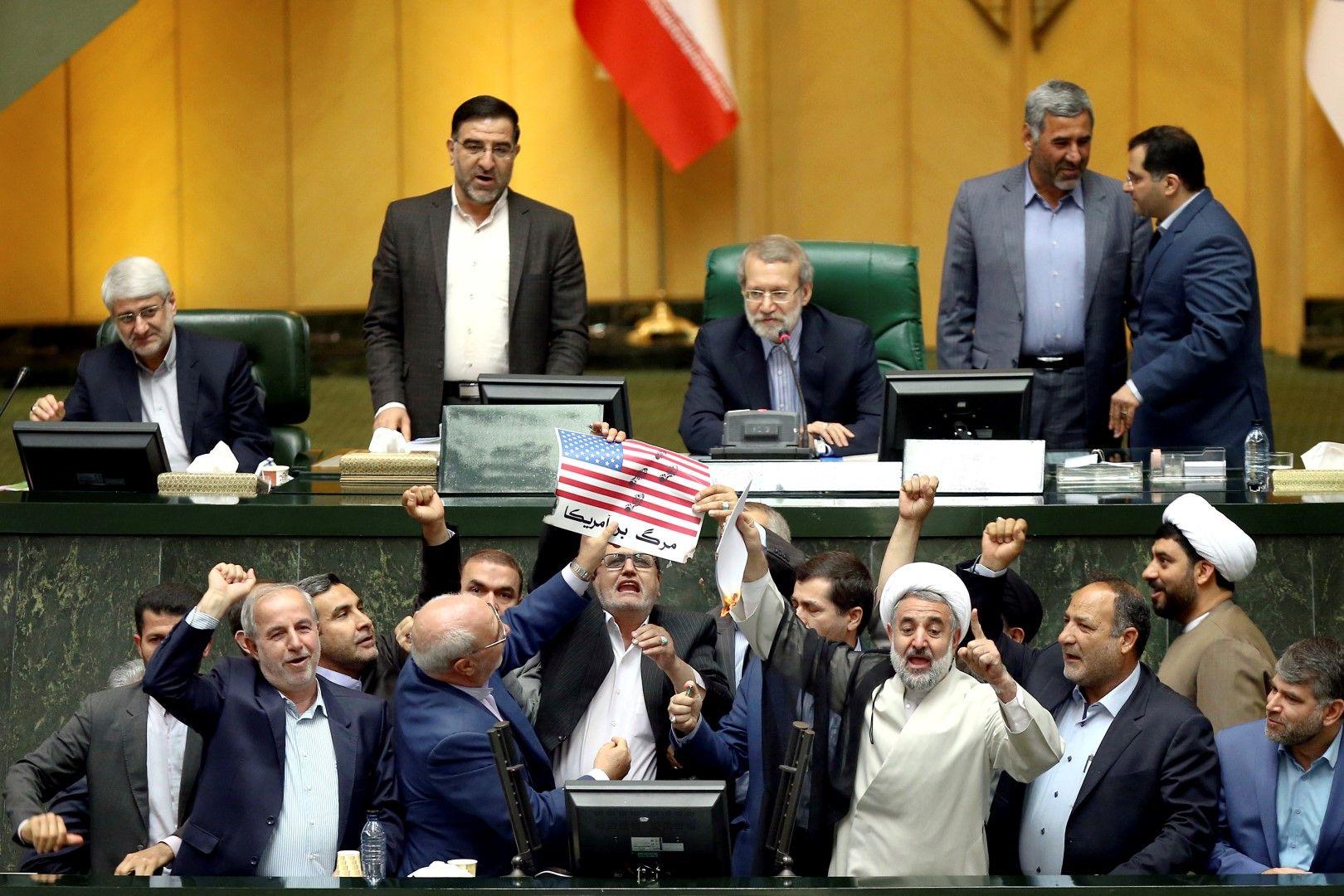 Ирански депутати запалиха американското знаме и споразумението със САЩ