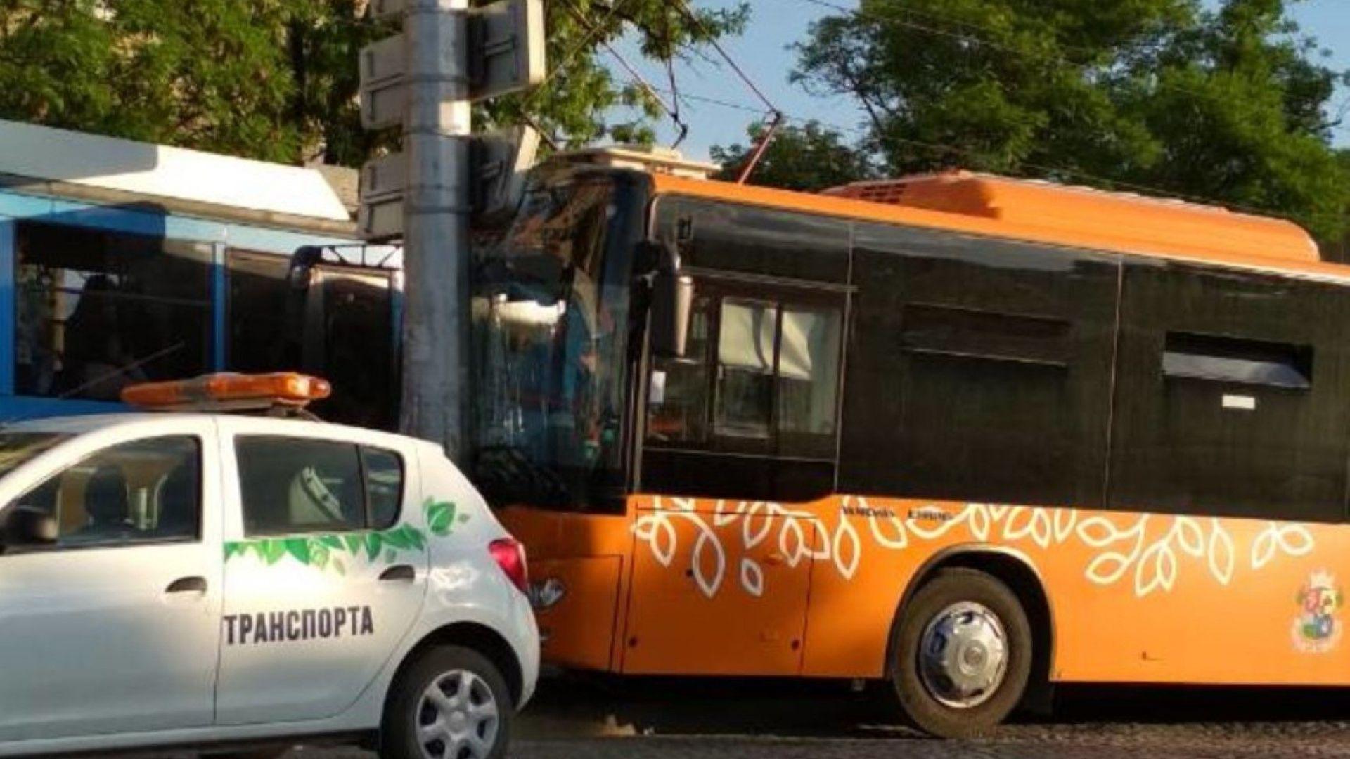Автобус се заби в стълб в София