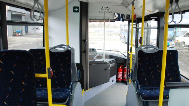 Кондуктор падна от автобус, блъснат от пътник