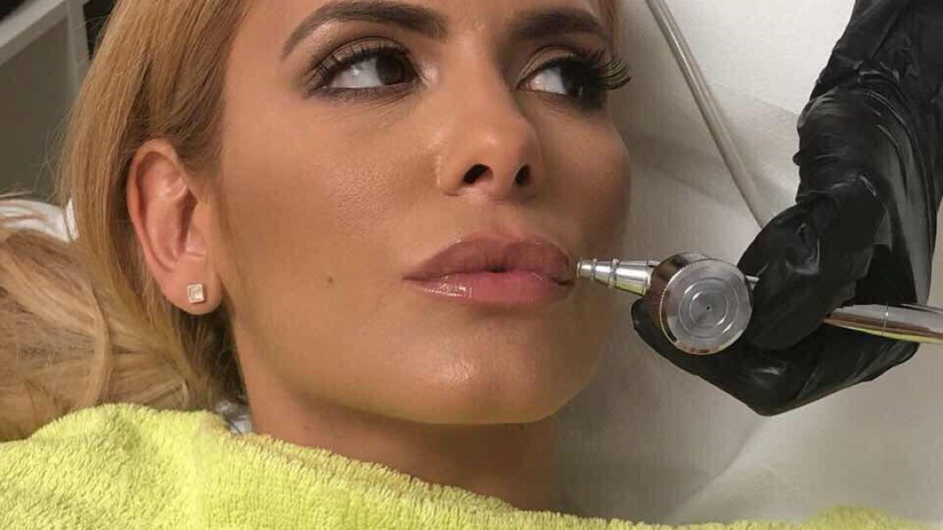 Анелия показа как уголемява устните си